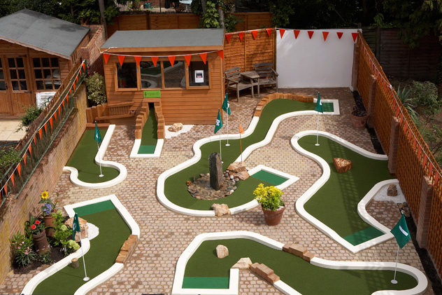 Urbancrazy minigolf in your garden for Garden city mini golf