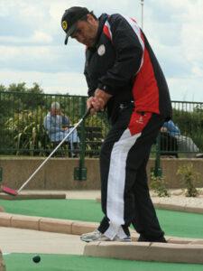 Tony Kelly making his putt